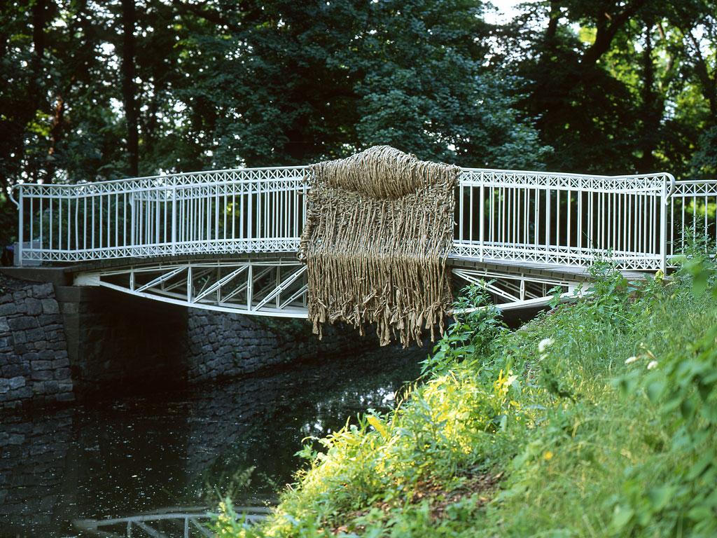 Packpapier überfällt die Brücke / Papier autour d'un pont / Paper-Wrapped Bridge
